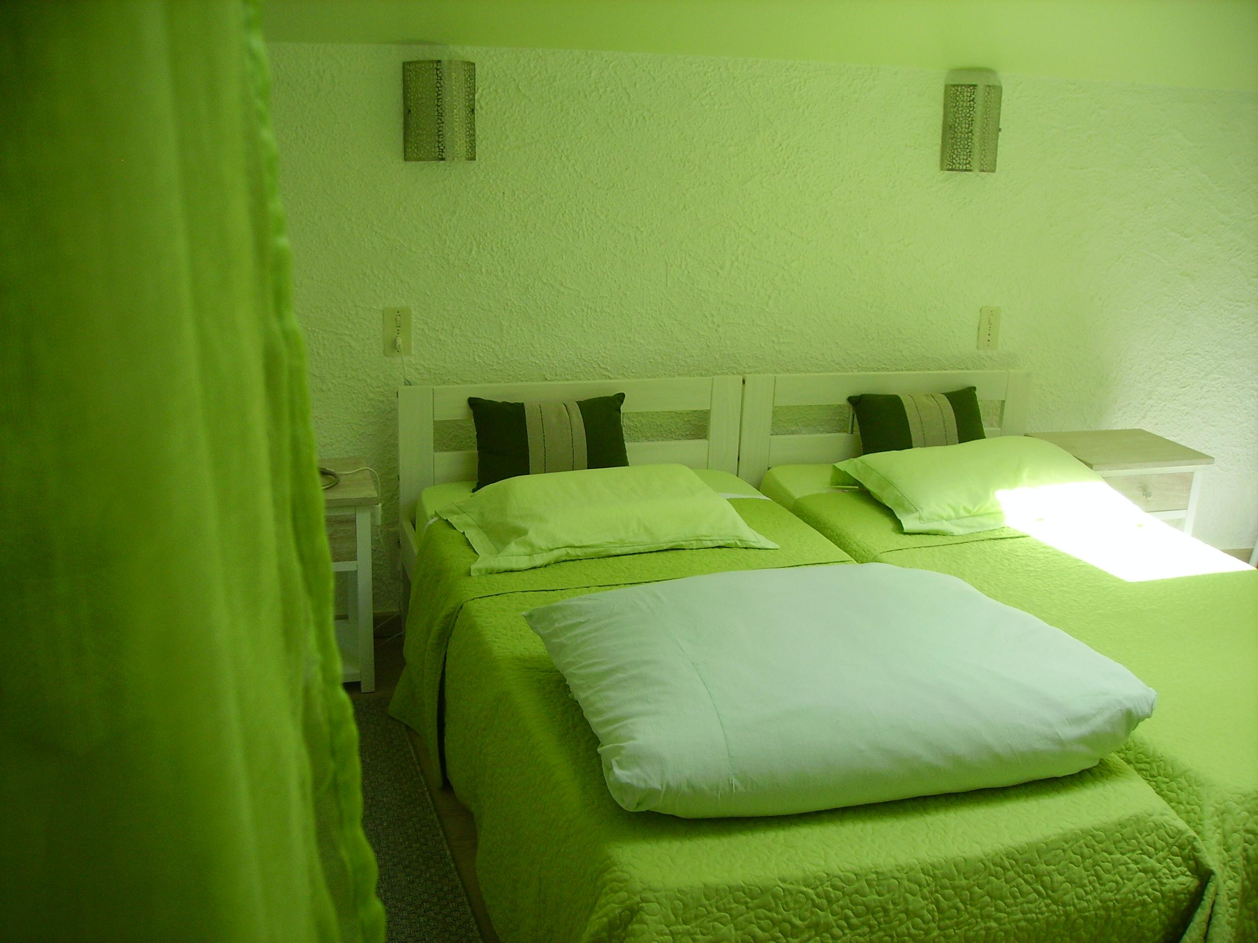 Chambre verte la maison du peintre - Chambre mansardee peinture ...